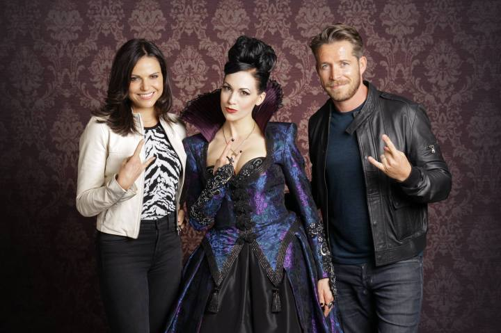Reini flanked by Lana Parilla (Regina Mills / Evil Queen) and Sean Maguire (Robin Hood)