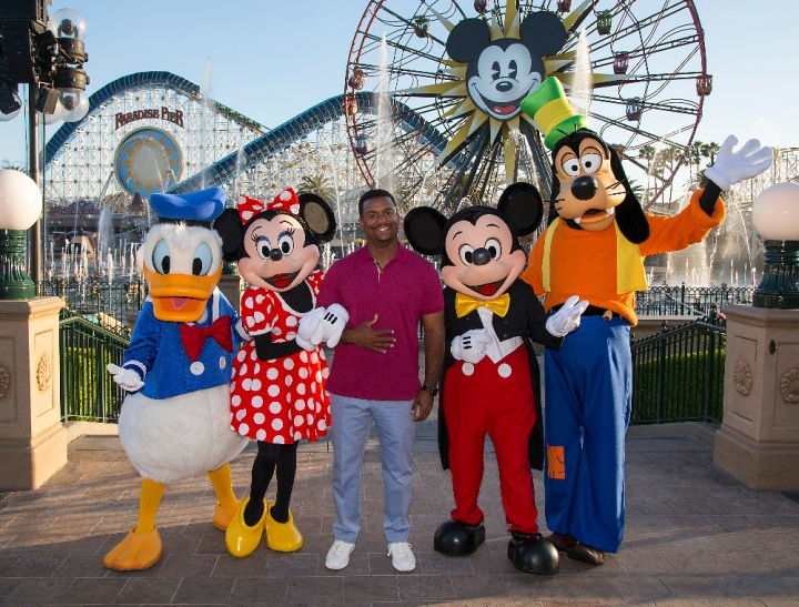 "AMERICA'S FUNNIEST VIDEOS -""Episode 2622"" - On the season finale of ""America's Funniest Home Videos,"" the season's two $100,000 winners battle it out for the grand prize. Special guests Mickey Mouse, Minnie Mouse, Goofy and Donald Duck join Alfonso as he announces the grand prize winner who will receive an unforgettable vacation for six to the Walt Disney World(r) Resort in Florida and the new Shanghai Disney(r) Resort in China opening in June. Former ""AFV"" host Tom Bergeron returns to play ""Who Breaks It?"" with Alfonso, on the Season Finale of ""America's Funniest Home Videos,"" SUNDAY, MAY 22 (7:00-8:00 p.m. EDT), on the ABC Television Network. (ABC/Paul Hiffmeyer) DONALD DUCK, MINNIE MOUSE, ALFONSO RIBEIRO, MICKEY MOUSE, GOOFY"